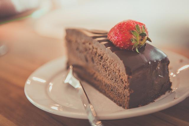 čokoládový dort s jahodou.jpg