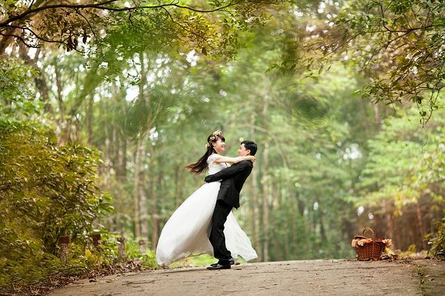 nevěsta a ženich v lese.jpg