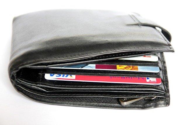Peněženka naplněná platebními kartami