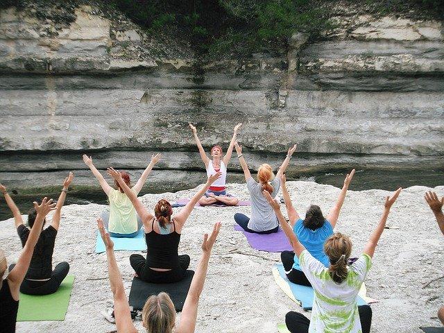 lidé cvičící jógu